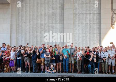 Les membres du public présents à la cérémonie du souvenir de la nuit à la Porte de Menin, Ypres, Belgique Banque D'Images