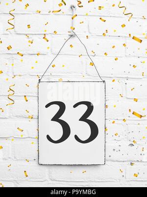 33 trente trois ans anniversaire félicitations texte avec des confettis d'or Banque D'Images