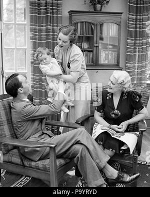 1930 THREE GENERATION FAMILY IN LIVING ROOM BABY Mère Père GRAND-MÈRE - b14855 HAR001 HARS DES COUPLES MARI 3 Papa maman quatre bébés à l'intérieur de vêtements 4 PAIRE DE BANLIEUE BEAUTÉ NOSTALGIQUE MÈRES URBAINES AÎNÉS GRAND-MÈRE VIEILLE NOSTALGIE DU TEMPS 1 OLD FASHION STYLE JUVÉNILE D'ÉQUIPE FILS HEUREUX JOIE INFANTILE FAMILLES VIE FEMELLES AÎNÉ conjoint marié MARI ACCUEIL ESPACE COPIE DE LA VIE DES FEMMES LES PERSONNES QUI S'OCCUPENT DE REMETTRE LES HOMMES PÈRES ENSOLEILLÉ SOLEIL B&W SENIOR WOMAN RÊVES LUMINEUX JOYEUX BONHEUR OLDSTERS ANTIQUE FORCE LOISIRS SALON PAPAS FIERS DE L'EXCITATION Banque D'Images