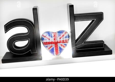 A-Z concept trois lettres dimensionnelles avec forme de coeur pétillant motif Union Jack Flag shining out Love UK Guide de Voyage Brexit A à Z Grande-bretagne Union Européenne Banque D'Images