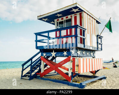 South Beach lifeguard stand, South Beach, Miami Beach, Floride. Banque D'Images