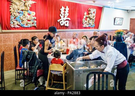 Orlando Floride Chinatown Lam's Garden Chinese Restaurant dim sum restaurant ethnique asiatique table grande famille homme femme fille garçon enfant chaise haute serveuse Banque D'Images