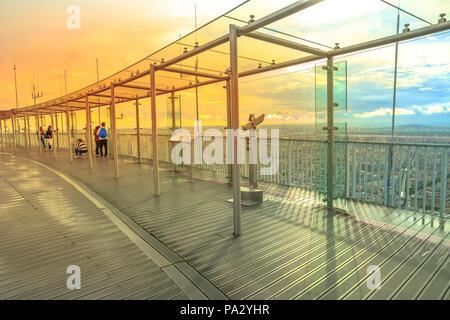 Paris, France - 30 juin 2017: les personnes à la vue panoramique sur Paris au coucher du soleil la lumière à Montparnasse d'observation. Terrasse sur le dessus du plus haut gratte-ciel à Paris, capitale de la France. Banque D'Images