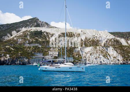 Bateaux ancrés devant les carrières de pierre ponce (Grotte di pomice) sur l'île de Lipari, Les Îles, la Sicile. Banque D'Images