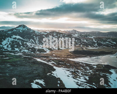 Drone aérien photo d'un lac vide une énorme montagne volcanique Snaefellsjokull dans la distance, Reykjavik, Islande. Banque D'Images