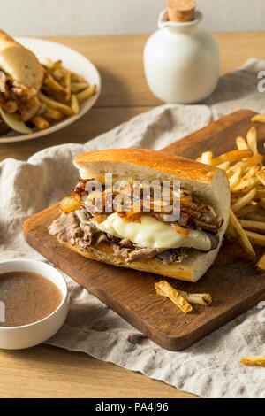 Boeuf maison French dip sandwich avec frites Banque D'Images