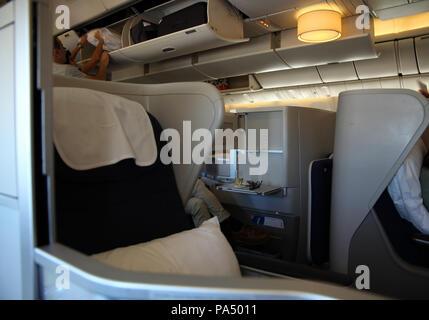 À bord d'un vol BA, le point de vue de la classe club (classe affaires) sièges à bord d'un Boeing 777, UK Banque D'Images