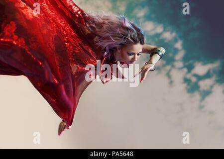 Fashion femme avec foulard volant au vent en automne automne forêt ... 25f17e4d62e