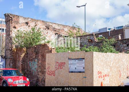 Terrain envahi, Liverpool, montrant la dégradation urbaine et la construction en ruine Banque D'Images