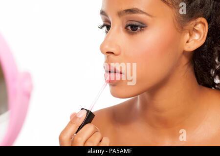 Belle jeune femme noir rouge à lèvres appliqué Banque D'Images