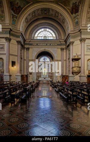 MONZA, Italie/EUROPE - 28 OCTOBRE: autel dans l'église de St Gerardo al Corpo à Monza Italie le 28 octobre 2010. Deux personnes non identifiées Banque D'Images