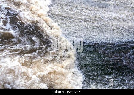 Close-up flux puissant d'eau mousse bouillonnante comme arrière-plan. Banque D'Images
