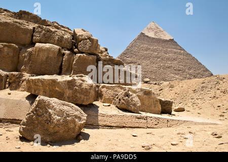 Pyramide de Khafré et ruines à l'ouest de cimetière, Giza, Egypte Banque D'Images