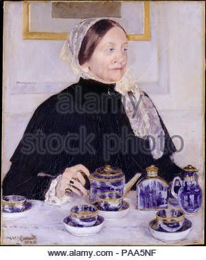 Dame à la table de thé. Artiste: Mary Cassatt (Américain, Pittsburgh, Pennsylvanie 1844-1926 Mesnil-Théribus, Oise). Dimensions: 29 x 24 in. (73,7 x 61 cm). Date: 1883-85. Ce travail montre Mary Cassatt, Riddle Dickinson's mother's cousin, président de tea, un rituel quotidien parmi les femmes de la classe moyenne des deux côtés de l'Atlantique. Mme Riddle repose main sur la poignée d'une théière, d'un bleu doré et blanc service en porcelaine de Canton que sa fille avait présenté à la famille de l'artiste. Peint en réponse au don, le portrait démontre la maîtrise de l'Impressionnisme Cassatt j Banque D'Images