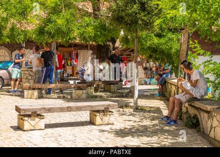 Kruja, Albanie- 24 juin 2014: Rue de la vieille ville de Kruja belle journée ensoleillée. Vue sur le marché ottoman traditionnel. Ville située dans le centre de l'Albanie nea