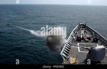 OCEAN (27 juillet 2008) Le croiseur lance-missiles USS Vella Gulf (CG 72) déclenche un 5-inch MK-45 Mod 2 pistolet léger pendant un exercice de tir réel pendant l'exercice d'une force opérationnelle (JTFE') 08-4 dans le cadre de l'Iwo Jima Expeditionary Strike Group. La Marine américaine