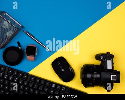 Clavier, souris, appareil photo, montre, stylo, papier coincé Banque D'Images