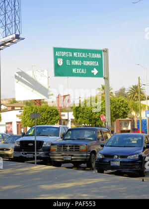 Panneau de l'autoroute de Tijuana-Mexicali Tecate vers Mexicali et La Rumorosa du Parque Miguel Hidalgo au centre-ville de Tecate, Baja California, Mexique. Banque D'Images