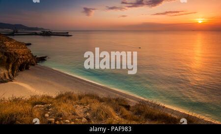 Beau lever de soleil sur la plage de Carboneras Banque D'Images