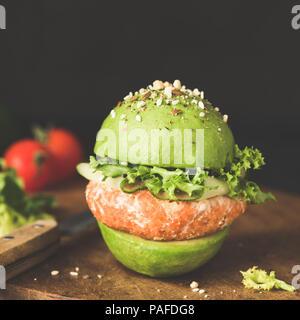 Avocado burger, burger végétarien ou végétalien avec pattie de lentilles. Vue rapprochée, tonique libre Banque D'Images