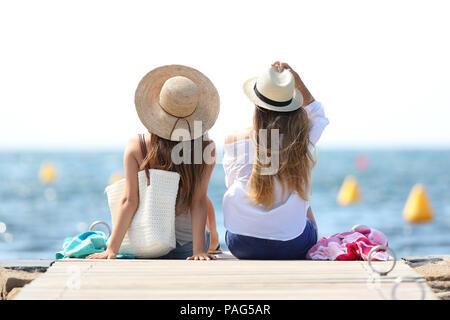 Vue arrière de deux touristes appréciant des vacances d'été sur la plage Banque D'Images