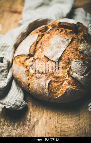 Plus de pain de blé au levain rustic background, selective focus Banque D'Images