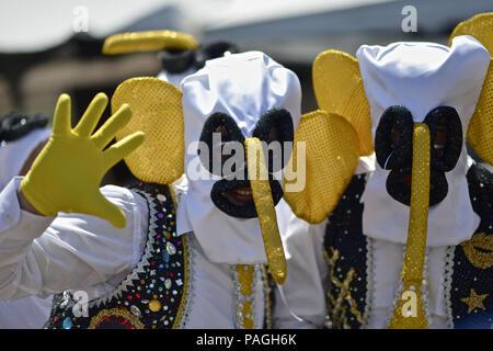 10 février 2018 - Barranquilla, Departamento del Atlantico, Colombie - l'un des plus important et connu est la Marimonda, est originaire de Barranquilla, ce caractère est représenté par sa propre danse. Le costume a été créé par un Barranquillero pauvres, cet homme l'a créé parce qu'il ne pouvait pas se permettre d'être cher ou de la fantaisie des costumes pour le carnaval. Alors il a décidé de prendre une paire de pantalon de son frère aîné, où des chaussettes dans ses mains et un gilet à l'envers. Pour terminer son costume il prit un sac fait deux cercles pour les yeux et un long nez qui tombe des yeux. Bataille de Fl
