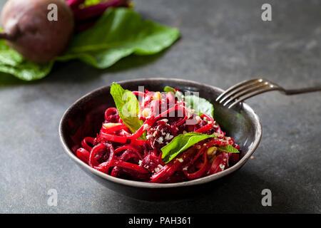 Spaghetti de betterave à la noisette et au raifort Banque D'Images