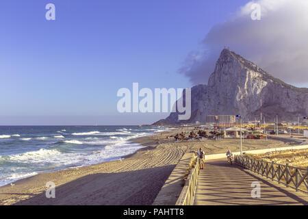 Vue sur le rocher de Gibraltar de la plage de La Linea de la Concepción
