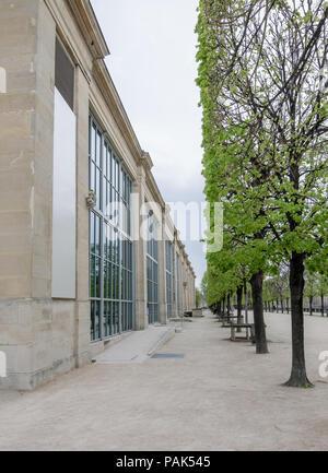 Point de vue d'une façade du Musée de l'Orangerie (musée de l'Orangerie) à Paris, France, et les arbres parfaitement coupés sur un jour nuageux Banque D'Images