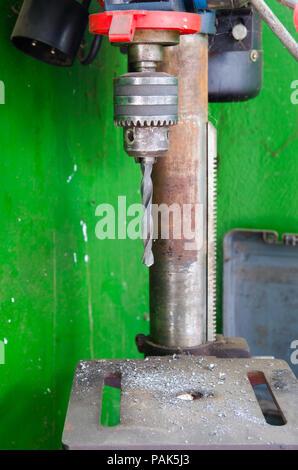 Percer un fonction avec des pièces métalliques partout un fond vert sale