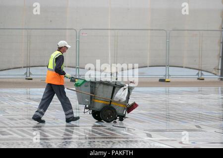 Blackpool, Lancashire, UK Weather. 24/07/2018. Gris, couvert de commencer la journée avec la pluie tombée pendant la nuit, tandis que le sud de l'Angleterre, baigne dans une autre vague d'été de la côte nord-ouest est nuageux, avec des averses occasionnelles. /AlamyLiveNews MediaWorldImages Crédit: Banque D'Images