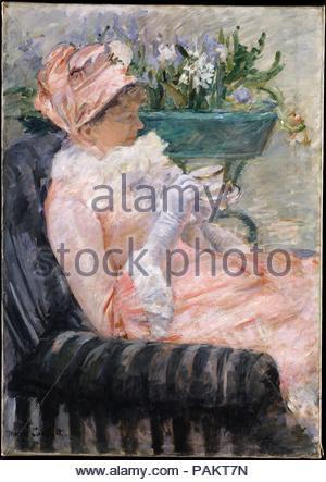 La tasse de thé. Artiste: Mary Cassatt (Américain, Pittsburgh, Pennsylvanie 1844-1926 Mesnil-Théribus, Oise). Dimensions: 36 3/8 x 25 3/4 in. (92,4 x 65,4 cm). Date: ca. En 1880-1881. Prendre le thé l'après-midi était un rituel social pour beaucoup de la classe moyenne supérieure des femmes. Engagé à représenter les événements ordinaires de la vie quotidienne, l'artiste a fait ce rituel l'objet d'une série d'œuvres peinte autour de 1880, lorsqu'elle avait vécu à l'étranger depuis près de dix ans. Son modèle pour cette toile a été sa sœur, Lydia, qui avait déménagé à Paris, avec leurs parents, en 1877, et souvent posé pour elle. Numéro CAS Banque D'Images