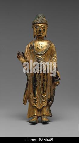 Bouddha Debout. Culture: la Corée. Dimensions: H. 5 1/2 in. (14 cm). Date: 8ème siècle. Le gilt-bronze statue est une typique petite icône faite pour la dévotion privée dans le royaume Silla unifié et illustre un point élevé dans la production de sculpture bouddhiste en Corée. Le geste de la main du Bouddha (mudra) symbolise la dissipation de la peur et de l'octroi de désirs. Musée: Metropolitan Museum of Art, New York, USA.