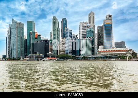 Singapour - Jan 14, 2018: Paysage au centre-ville de gratte-ciel skyline vue depuis plus de Marina Bay à Singapour.