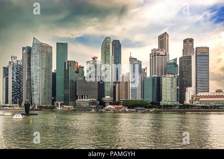 Singapour - Dec 30, 2017: Paysage au centre-ville de gratte-ciel skyline vue depuis plus de Marina Bay à Singapour.