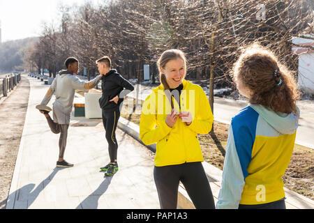 Les amis de l'exercice sur la promenade dans la ville Banque D'Images