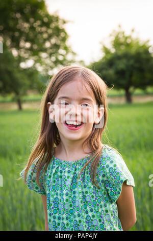 Portrait of happy little girl dans la nature Banque D'Images