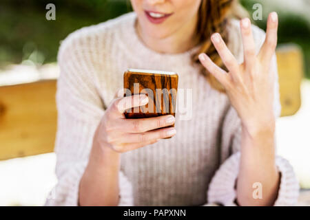 Woman's hand holding smartphone, close-up Banque D'Images