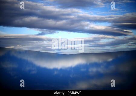 L'Espagne, Castilla y Leon, Province de Zamora, Reserva Natural de Lagunas de Villafafila, réflexion de l'eau et les nuages Banque D'Images