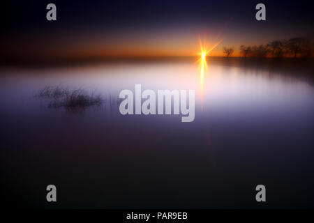 L'Espagne, Castilla y Leon, Province de Zamora, Reserva Natural de Lagunas de Villafafila, lac au coucher du soleil