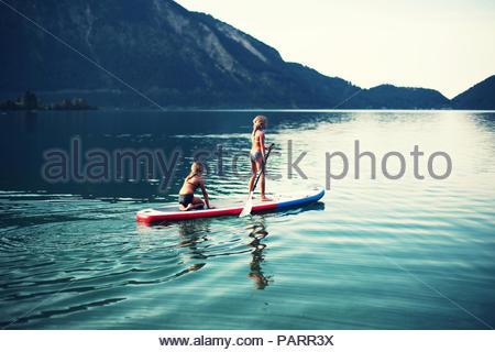 Deux jeunes filles bénéficiant d''une balade en canoë ensemble dans le lac Banque D'Images