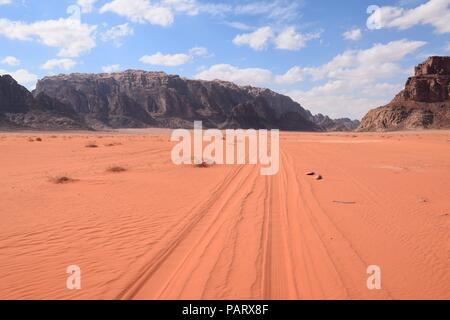 Le désert de Wadi Rum et les traces de pneus dans le sable Banque D'Images
