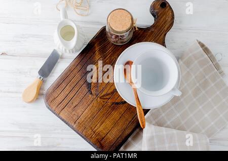 Ensemble d'ustensiles pour vide, café, tasse et un laitier peut de grains de café sur l'ancienne table blanc, ensemble pour le petit déjeuner, vue du dessus, copy space Banque D'Images