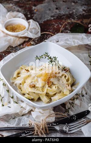 Les pâtes à la carbonaria, spaghetti avec sauce au fromage et le parmesan. La cuisine traditionnelle italienne. Pâtes al-Carbonara. Banque D'Images