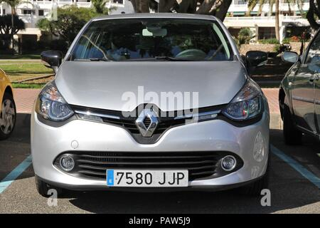 GRAN CANARIA, ESPAGNE - décembre 2, 2015: Renault Clio garée à Gran Canaria, Espagne. Renault fabriqué 2,7 millions de nouvelles voitures en 2014. Banque D'Images
