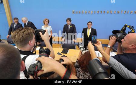 Allemagne, Berlin. Le 25 juillet, 2018. Carles Puigdemont (C), le Catalan chef séparatiste, est photographié avant une conférence de presse sur l'actuelle situation juridique et politique des journalistes. Après la fin de sa procédure d'extradition, Puigdemont prévoit de quitter l'Allemagne dans quelques jours. Puigdemont a annoncé qu'il reviendrait à la Belgique à la fin de semaine. Credit: Wolfgang Kumm/dpa/Alamy Live News Banque D'Images