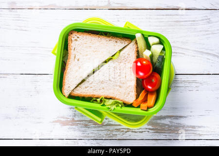 Boîte à lunch avec sandwich et de légumes. Banque D'Images