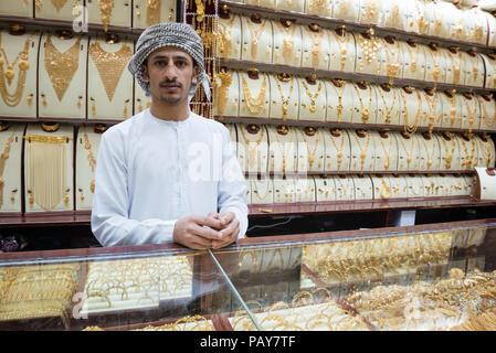 Dubaï, Émirats arabes unis - le 14 février 2018: un revendeur de bijoux au travail dans une boutique à la Dubai Gold Souk, Emirats Arabes Unis Banque D'Images
