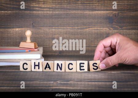 Chances. Lettres en bois sur le bureau d'information et de la communication, bureau arrière-plan Banque D'Images